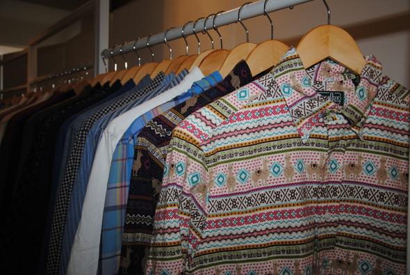 Повседневные рубашки разных оттенков голубого — это классика Gitman Bros., тем не менее, в каждой коллекции найдется хотя бы одна смешная, например, с ламами.. Изображение № 20.