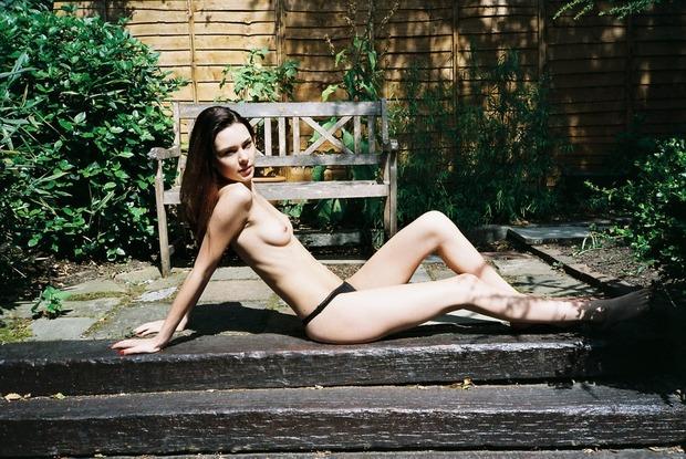 Модель Эмилия Фентон снялась для французского журнала Purple. Изображение № 7.