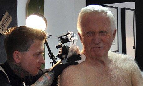 Британский телеведущий сделал себе первую татуировку в 75 лет. Изображение № 1.