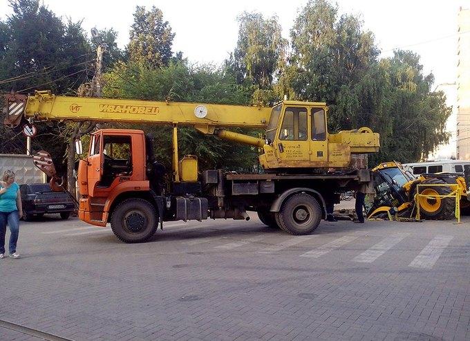В Рязани трактор упал в яму, которую сам и выкопал. Изображение № 3.