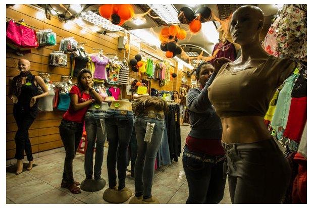 В Венесуэле рынки заполонили женские манекены с огромной грудью. Изображение № 7.