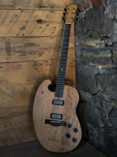 Фронтмен Bon Iver создал гитару из бочки для виски. Изображение № 2.