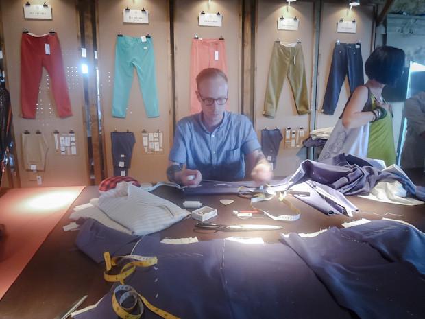 Часть стенда представляла из себя магазин брюк. Татуированный портной шил новые прямо на месте. Изображение № 16.