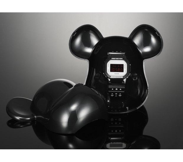 Компании Medicom Toy и Casio выпустили юбилейную модель часов G-Shock. Изображение № 10.