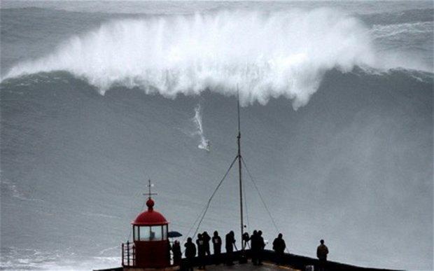 Бразильский серфер установил новый рекорд благодаря бушующему урагану . Изображение № 2.