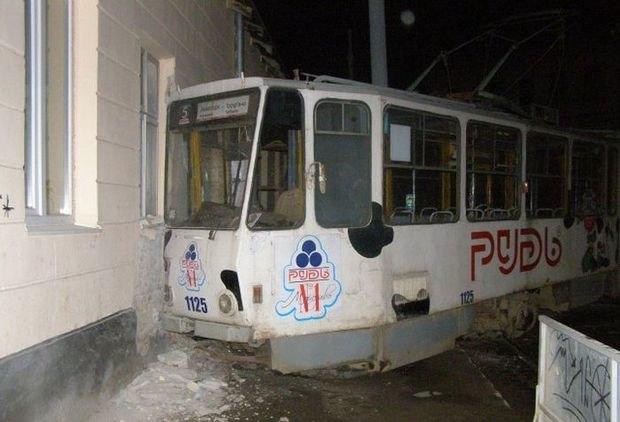 Во Львове неизвестные угнали трамвай и врезались в стену. Изображение № 1.
