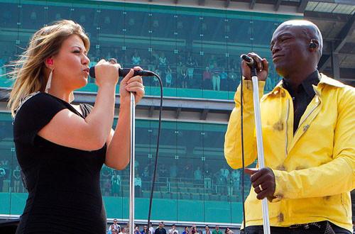 Келли Кларксон и Сил исполняют американский гимн. Изображение № 20.