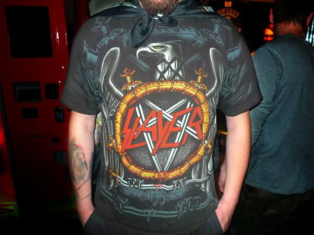 Черный орел Slayer. На шее у этого парня висит еще и флаг с символикой группы. Изображение № 16.