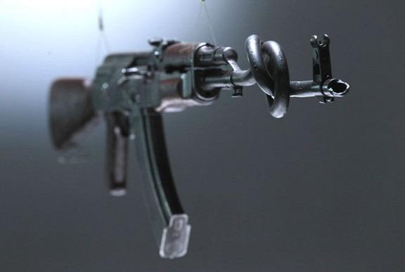Британские художники представили миролюбивые модификации АК-47. Изображение № 8.