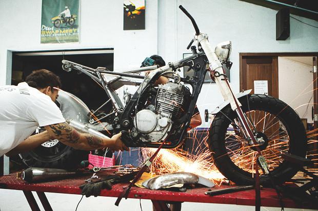 Гонки по пляжу, серфы и бесконечное лето: Репортаж из мастерской Deus Ex Machina на острове Бали. Изображение №3.