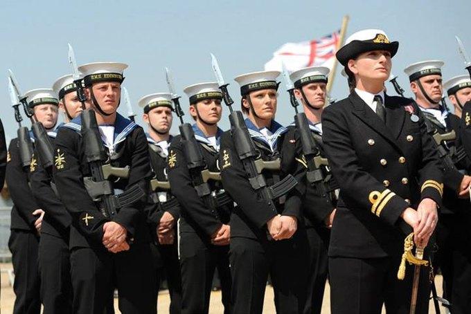 Британским морякам запретили поднимать бокалы за своих жен. Изображение № 1.