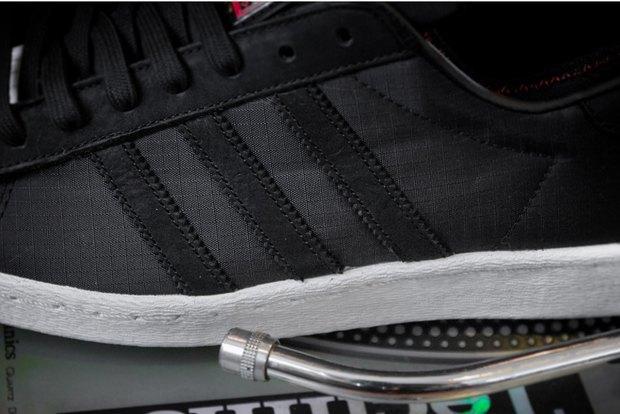 Марка Adidas и хип-хоп-группа Run-D.M.C. выпустили модель обуви с рисунками покойного Кита Харинга. Изображение № 3.
