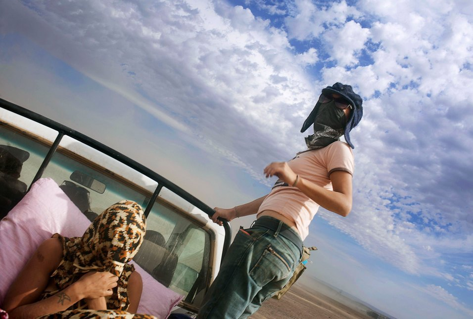 Как развлекаются посетители фестиваля Burning Man в африканской пустыне. Изображение № 29.