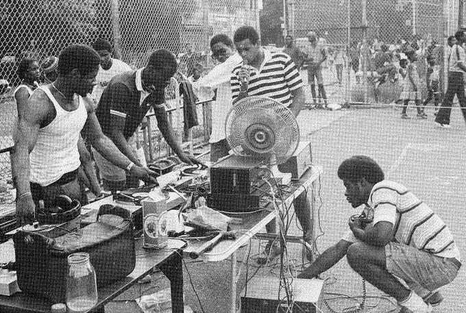 Родившийся на Ямайке и переехавший с родителями в нью-йоркский район Бронкс диджей Кул Герк оказал огромное влияние на развитие хип-хопа в 1970-е годы.. Изображение № 1.