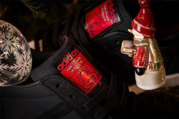 Марка Adidas и хип-хоп-группа Run-D.M.C. выпустили модель обуви с рисунками покойного Кита Харинга. Изображение № 4.