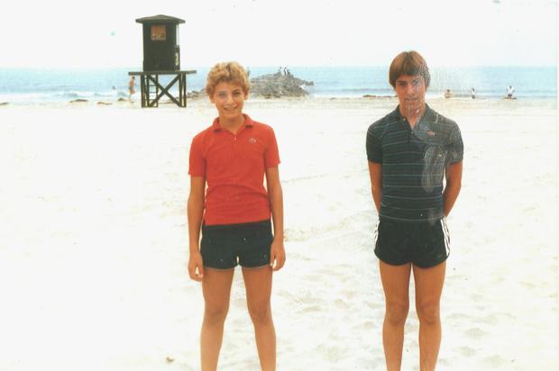 Крис (слева) со своим товарищем. Фотография 1983 года.. Изображение № 7.