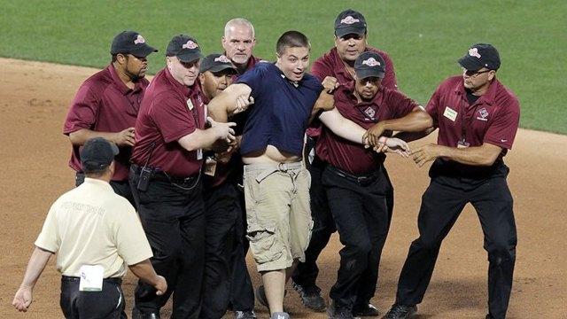 Стрикеры: кто и зачем выбегает на поле по время спортивных матчей. Изображение № 16.