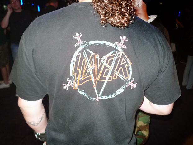 Казалось, что этот парень все время стоит в очереди за футболками. На моих глазах он так и не решился купить себе новую. Изображение № 25.