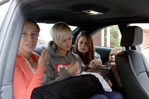 Эксперимент: Сколько девушек поместится в одну машину. Изображение № 8.