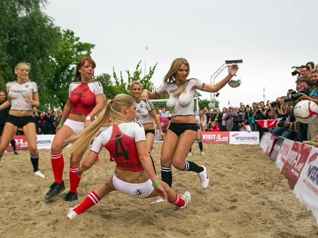 Датские порноактрисы обыграли немецких в футбол. Изображение № 1.