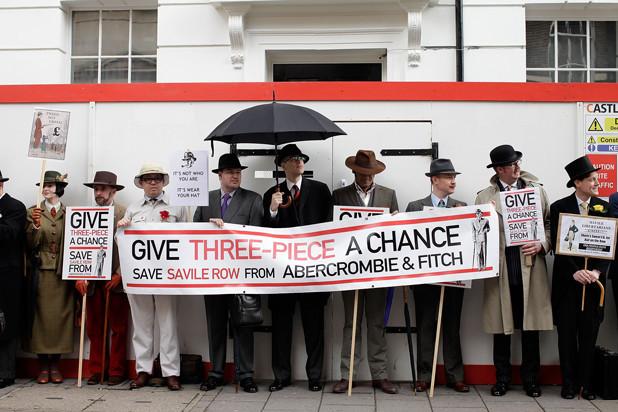 Открытие магазина Abercrombie & Fitch на Сэвил-Роу вызвало возмущение лондонских денди. Изображение № 1.