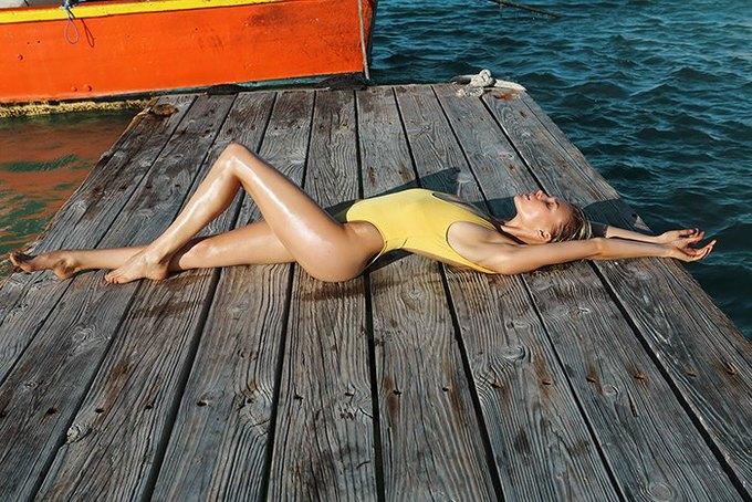 Журнал Surfing Magazine опубликовал специальный выпуск, посвящённый моделям в купальниках. Изображение № 21.