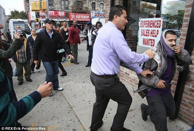 Жители Нью-Йорка дважды избили вандала, закрасившего граффити Бэнкси. Изображение № 2.