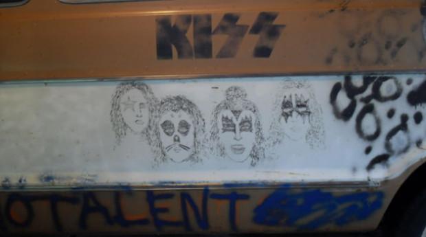 Гастрольный фургон группы Melvins с рисунком Курта Кобейна выставлен на продажу. Изображение № 2.