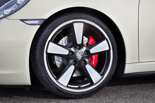 Porsche представили юбилейную версию легендарного спорткара 911. Изображение № 6.