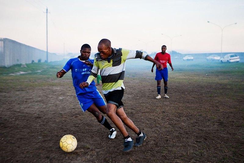 Как выглядит дворовый футбол на окраинах Кейптауна. Изображение № 4.