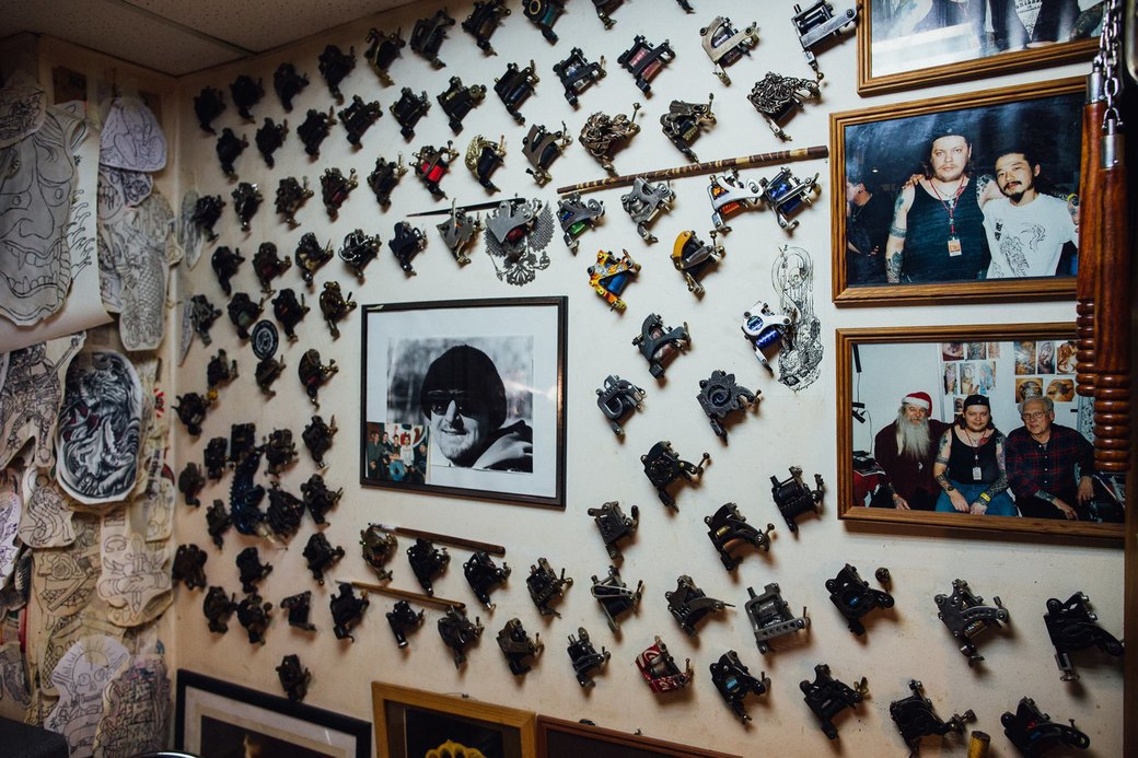 Татуировщик Дмитрий Захаров об одной из самых больших коллекций тату-машинок в Европе. Изображение № 3.