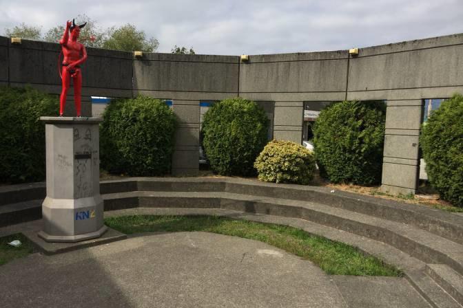 В Ванкувере появилась статуя беременной дьяволицы. Изображение № 2.