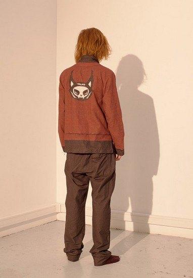 Марка Undercover опубликовала лукбук осенней коллекции одежды. Изображение № 35.