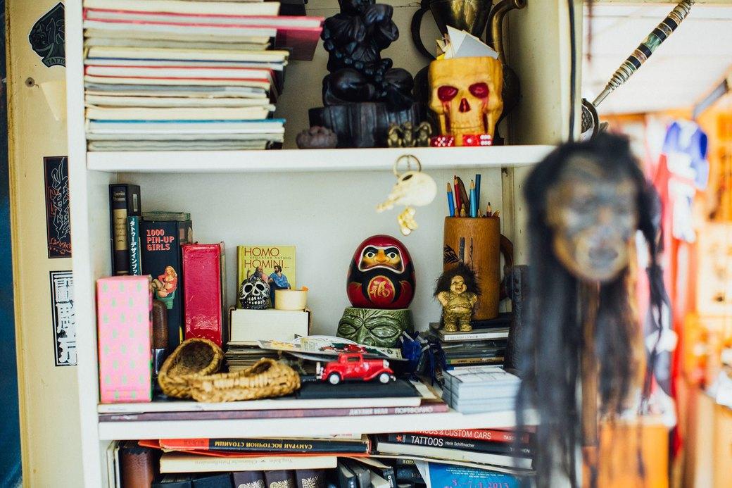 Татуировщик Дмитрий Захаров об одной из самых больших коллекций тату-машинок в Европе. Изображение № 31.