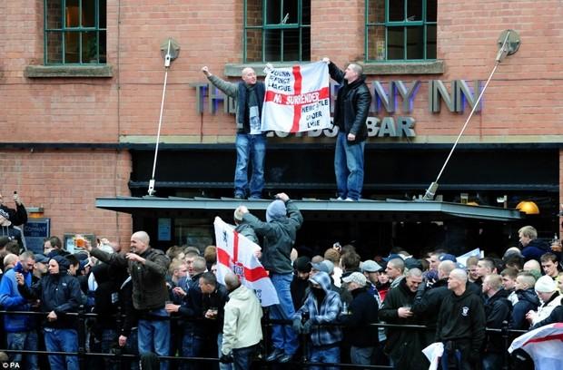 Английские фанаты не хотят ехать на Евро-2012 в Украину, опасаясь местной милиции и хулиганов. Изображение № 1.