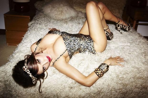 Актриса и модель Келли Брук снялась для английского журнала Nuts. Изображение № 1.