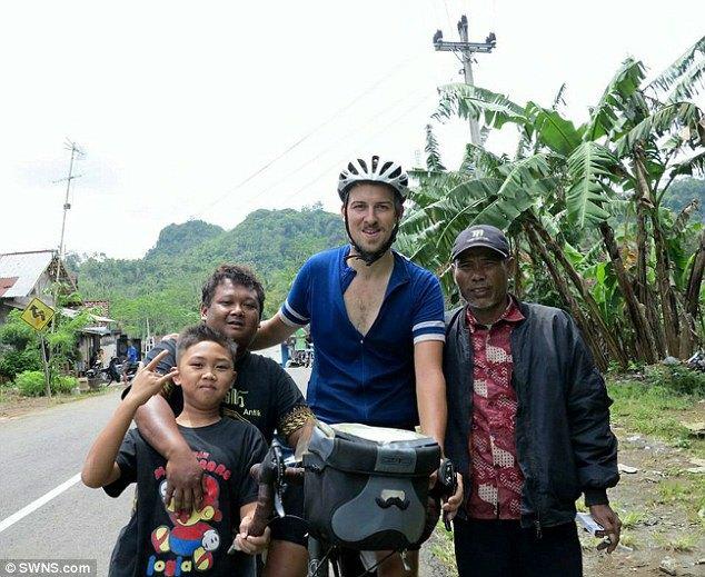 Простой британец объехал на велосипеде половину экватора. Изображение № 1.
