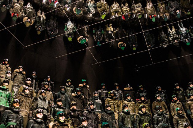 Марка Moncler представила новую коллекцию, собрав сотни людей в масках под зеркальные потолки. Изображение № 15.