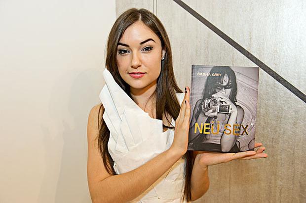 Саша Грей написала эротическую новеллу и спела на трибьюте Нико. Изображение № 1.