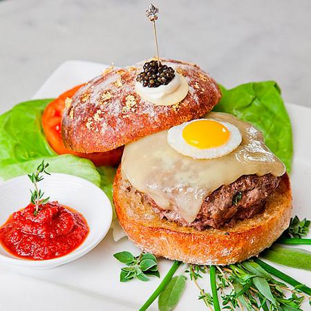 В Нью-Йорке приготовили самый дорогой бургер в мире . Изображение № 1.
