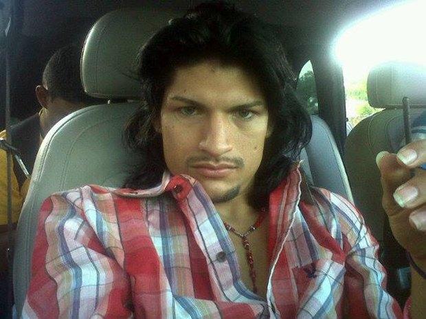 В сети нашли члена мексиканского наркокартеля, который любит делать селфи. Изображение № 3.