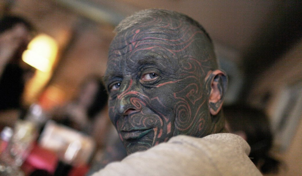 На лбу написано: Путеводитель по татуировкам на лице. Изображение №9.