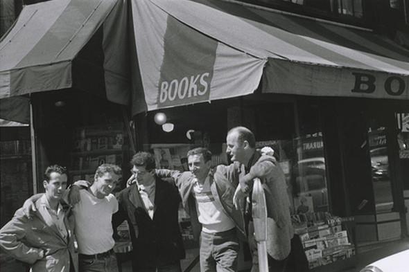 Поэт Аллен Гинзберг (в центре). Изображение № 4.
