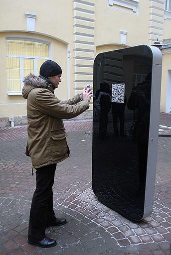 В Петербурге открыли памятник Стиву Джобсу в виде огромного iPhone. Изображение № 5.