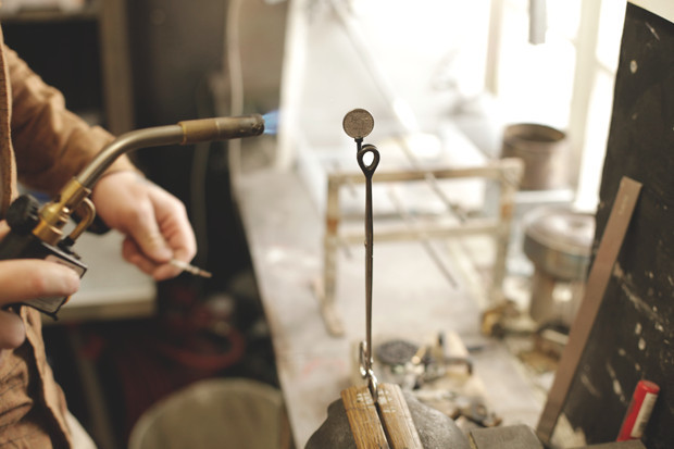 Часть процесса обработки рамы для тату-машинки в мастерской Влада. Изображение №12.