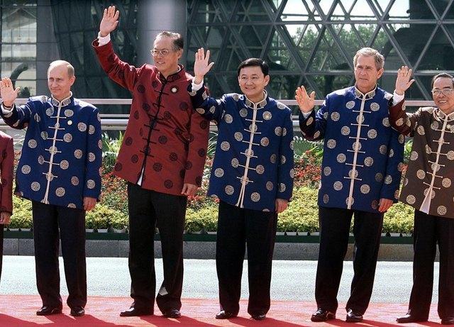 Путин в шёлке, Джордж Буш в пончо: Самые стильные образы на саммите АТЭС. Изображение № 5.