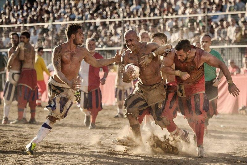 Как выглядит самая кровожадная разновидность футбола —кальчо флорентино. Изображение № 32.