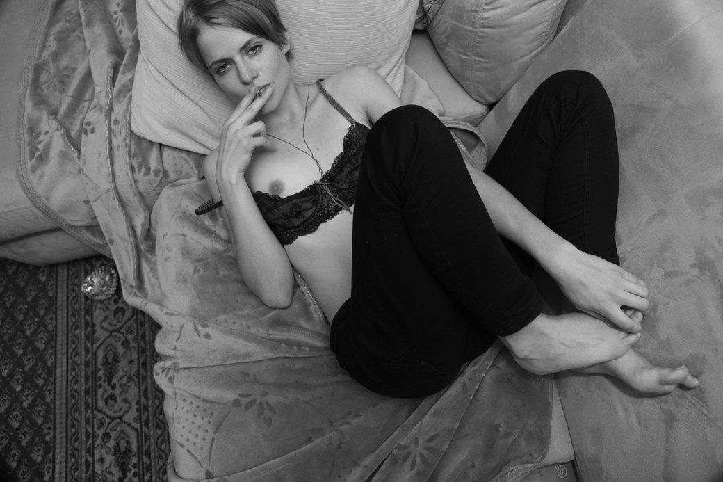 «Псалмы из спальни»: Лондонская богема в фотографиях Поэм Бейкер. Изображение № 19.
