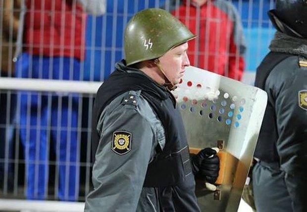 Ярославский полицейский охранял порядок на футболе в нацистской каске. Изображение № 1.