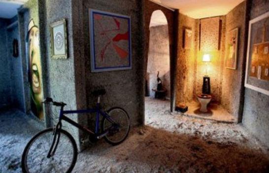 Безработный художник построил дом из купюр на сумму полтора миллиарда евро. Изображение № 1.